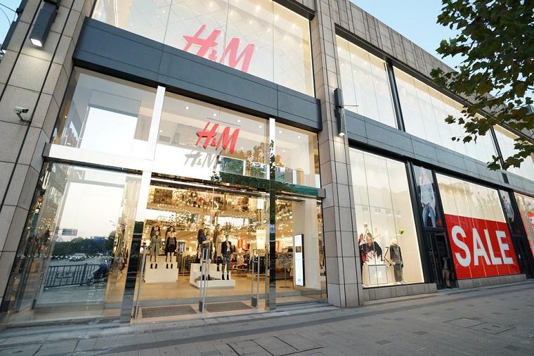 Retailerul suedez H&M investeste in reciclarea hainelor vechi