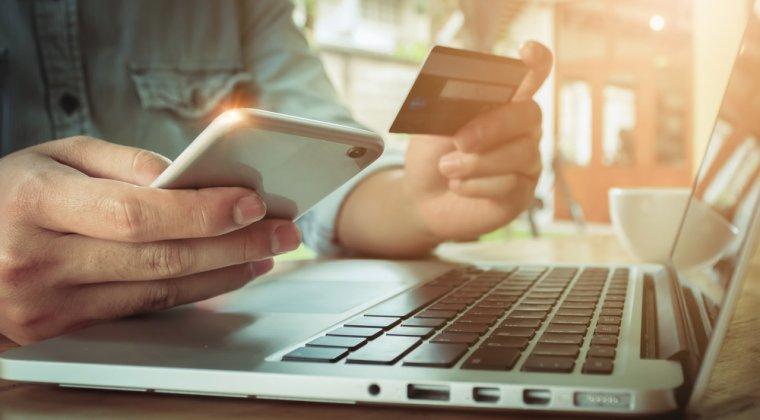 Romanii au facut cumparaturi online de 2,8 miliarde de euro in 2017: Procentul de plati prin card a crescut, dar rambursul ramane la putere
