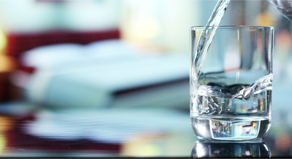 Asociație: Apa îmbuteliată se va scumpi cu 20% din cauza noilor prețuri la energie, ambalaje și combustibili
