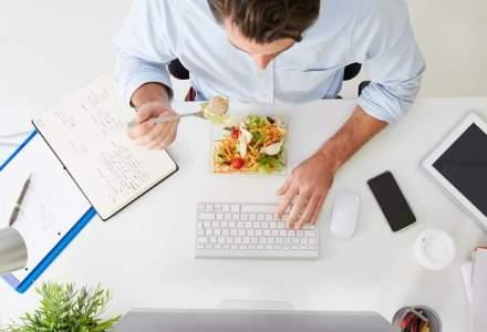 Studiu: Majoritatea romanilor stau mai putin de 30 de minute la masa de pranz, iar la restaurant ajung mai rar de o data la o luna