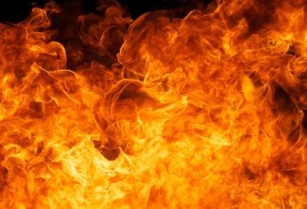 Sase TIR-uri au ars in urma unui incendiu izbucnit intr-o parcare; masinile au luat foc din cauza unui scurtcircuit