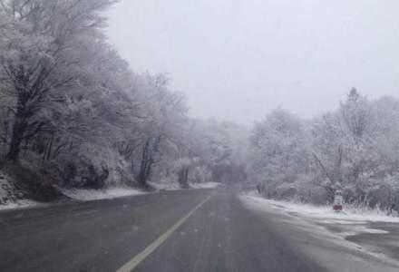 Romania sub zapezi: cod rosu de viscol, drumuri inchise, haos pe sosele