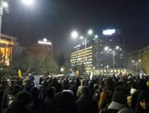 Mii de oameni protesteaza,...