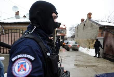 Politistii au confiscat droguri, electronice, arme si carduri, in urma a 165 de perchezitii la grupari de crima organizata