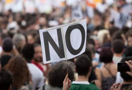 Protest masiv la Finante: peste 22.000 de romani, suparati ca le vor fi taiate salariile cu 35%