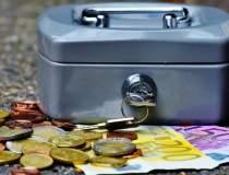 Euro revine sub 4,57 lei, pe...
