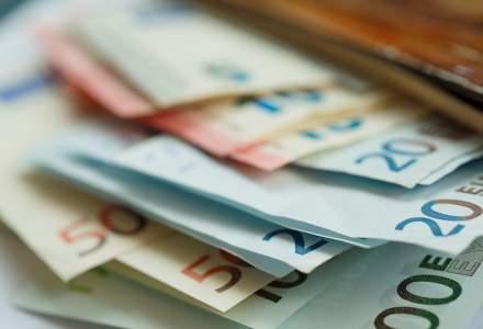 Euro atinge un nivel maxim al ultimilor cinci ani, pe fondul tensiunilor politice