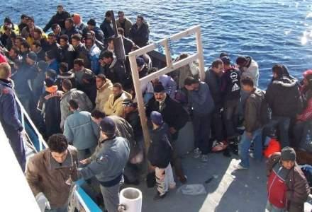 Pe o ambarcatiune, politia de frontiera a gasit 120 de imigranti ilegali, care transmiteau mesaje de ajutor
