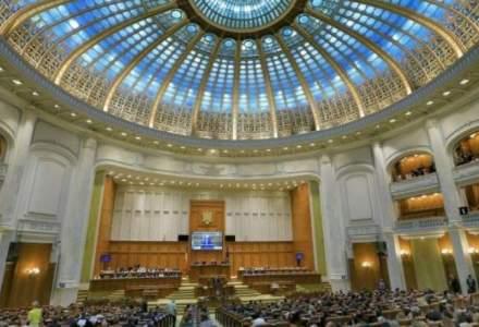 Codul Administrativ, votat de Parlament, prevede pensii speciale pentru primari si delegarea responsabilitatii