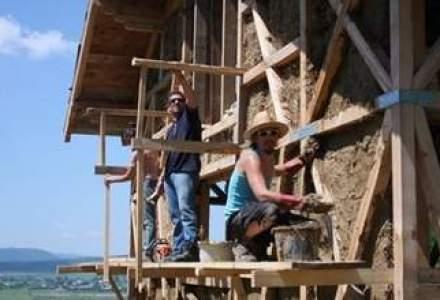 Casele din baloti de paie: Cel mai nou pariu al unor tineri in domeniul constructiilor ecologice