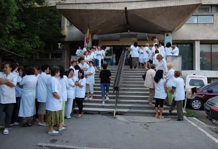 "Revista presei 6 august: protest spontan la Spitalul Universitar: ""Medicii fac cheta pentru o galeata de Vinarom"""