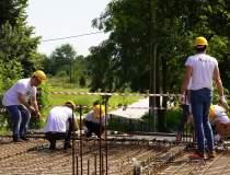 240 de voluntari vor construi...