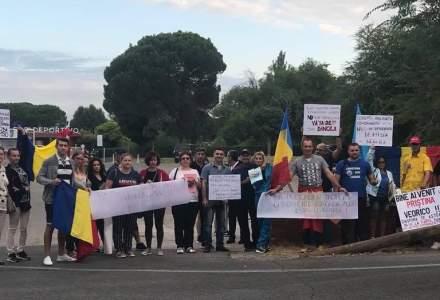 """Viorica Dancila a fost intampinata de protestatari la Ambasada Spaniei din Madrid: """"Bine ai venit la Pristina, Veorico!"""""""