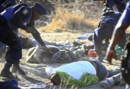 Peste 30 de mineri sud-africani ucisi in timpul unei greve in care politia a deschis focul