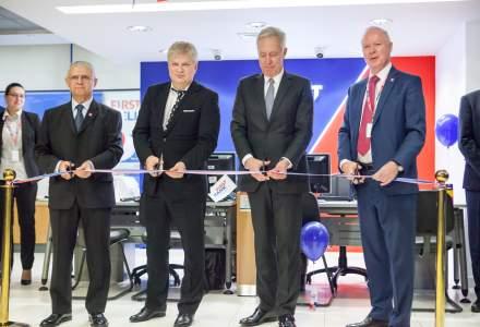"First Bank, noul brand sub care va opera Piraeus Bank, a inceput procesul de schimbare a identitatii de brand printr-un ""botez"" la care a participat si Ambasadorul SUA"