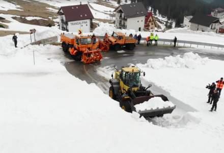 Zapada de 4 metri pe Transalpina. Drumarii intervin pentru deblocarea unui sector de drum pana la minivacanta de Paste