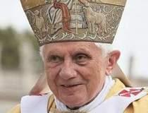 Papa da un preaviz de trei...