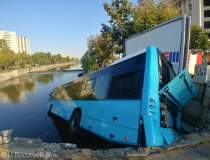FOTO Un autobuz STB a cazut...