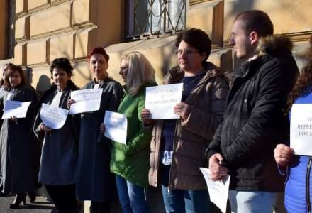 Grefieri din intreaga tara au protestat contra eliminarii pensiilor speciale