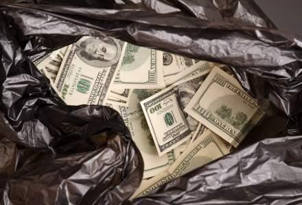 """Dupa ce a jefuit o banca, un barbat a aruncat cu banii in aer strigand """"Craciun Fericit!"""""""