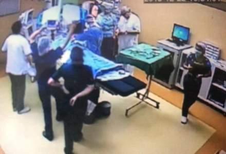 Primele imagini din sala de chirurgie din spitalul Floreasca, unde o pacienta a ars. Medicul Mircea Beuran intra in sala cu un ceas la mana