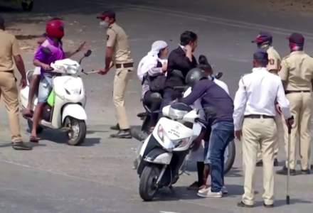 Măsuri DRASTICE: polițiștii din India îi bat pe cei care nu respectă carantina și îi pun să facă flotări