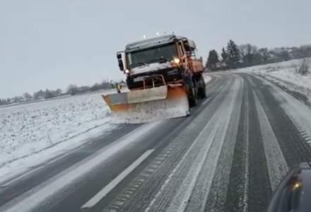 Iarnă în toată regula în centrul țării. Drumarii au fost nevoiți să scotă din nou pe drum utilajele de deszăpezire
