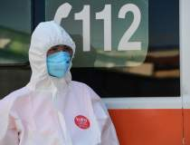 O asistentă și-a infectat 4...