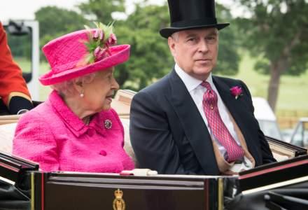Regina Elisabeta a II-a sărbătoreşte ieşirea din izolare printr-o plimbare cu calul
