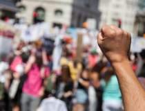 Val de manifestații împotriva...