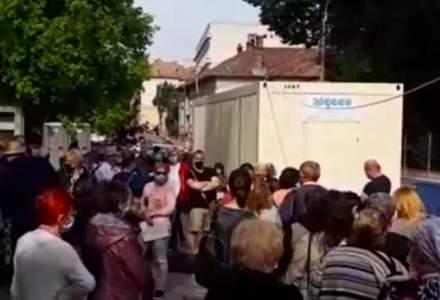 Coadă uriașă la Cluj. Sute de persoane așteaptă ore întregi să-și facă testul COVID
