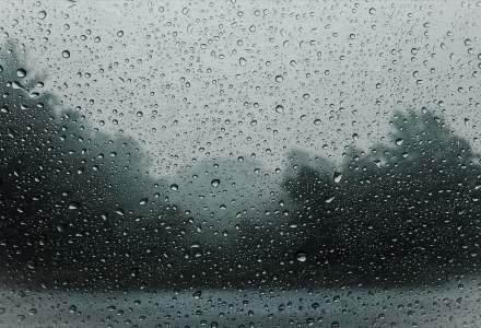 Cod portocaliu de ploi torențiale, valabilă în peste trei sferturi din ţară. Vezi zonele afectate