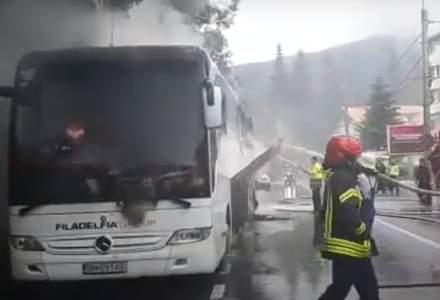 VIDEO Un autocar cu 46 de persoane s-a făcut scrum după ce a luat foc în mers pe DN1. Traficul este îngreunat în zonă