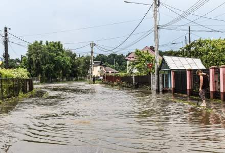 Inundaţii în 90 de localităţi din 19 judeţe. Apa a intrat în 171 de case