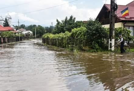 România sub ape | Zeci de localități din 16 județe, afectate de ploile torențiale. 100 de gospodării din Maramureș sunt izolate