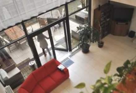 Cum arata casa cu pereti pictati digital, piscina si teren de baschet in care lucreaza Image PR