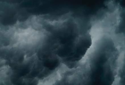Cod galben de ploi torenţiale şi vijelii în 10 judeţe. Care sunt zonele vizate