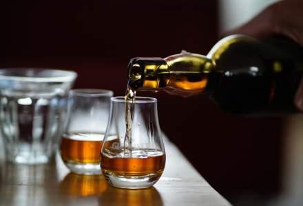Un bărbat scoate la licitație 28 de sticle de whisky primite cadou. Vrea să își cumpere o casă