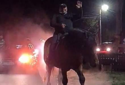 VIDEO: Un primar a sărbătorit călare pe un cal maro victoria la alegerile locale