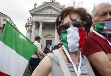 Italienii vor fi obligaţi în curând să poarte mască permanent în exterior