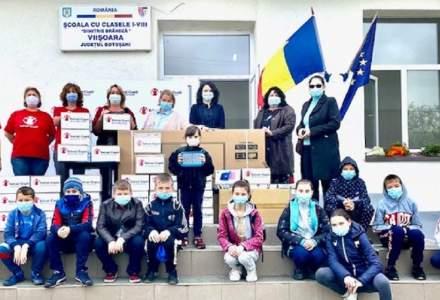 O școală din județul Botoșani în care niciun elev nu avea acces la cursuri online a primit tablete și laptopuri din partea Salvați Copiii România