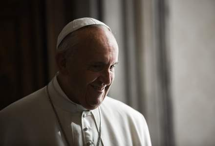 Papa Francisc a purtat pentru prima dată mască la o slujbă publică