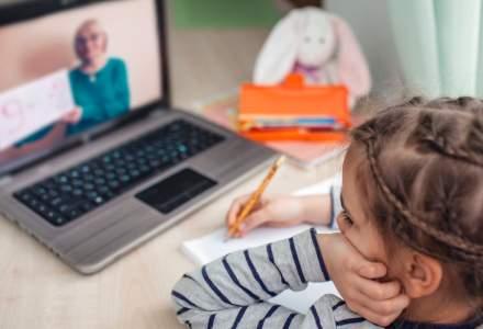 Elevii din peste 2.000 de școli și grădinițe din România învață doar online
