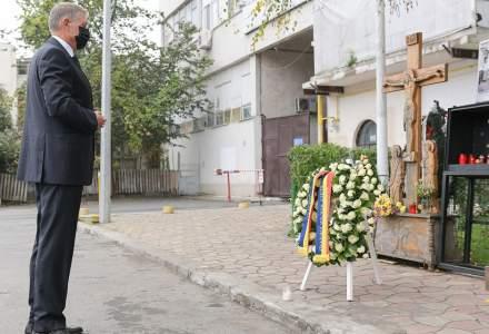 5 ani de la tragedia de la Colectiv   Klaus Iohannis a depus o coroană de flori în memoria victimelor incendiului devastator