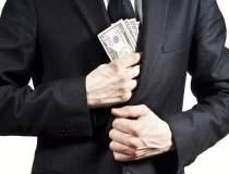 FT: Rusii retrag miliarde din...