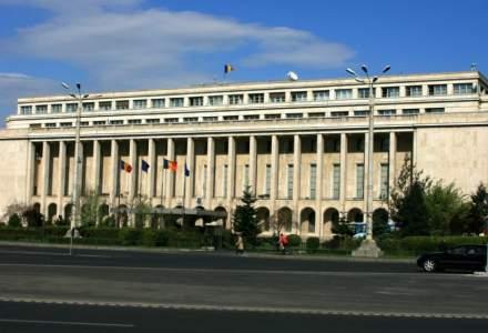 """UPDATE Protest în Piața Victoriei din București: câteva sute de persoane strigă """"toate partidele, aceeași infecție!"""""""