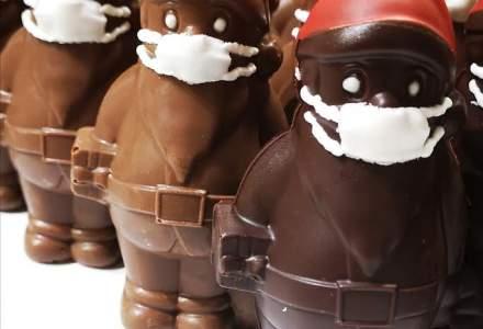 Moș Crăciun din ciocolată, cu mască de protecție, într-o cofetărie din Ungaria
