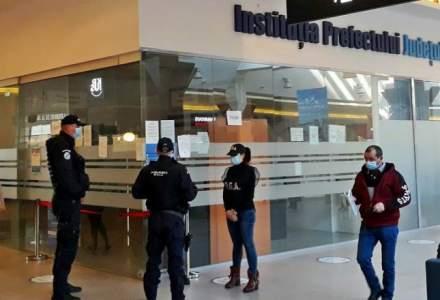 Un milion de euro ascunși în ligheane și găleți de angajații de la Permise și RAR din Suceava