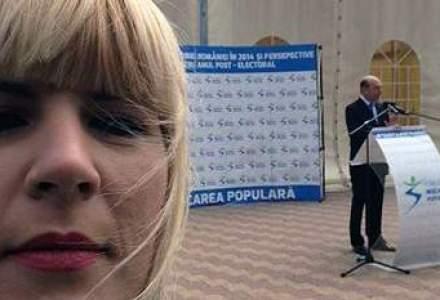 "Udrea a postat pe Facebook o poza ""selfie"", Basescu apare in fundal sustinand un discurs"