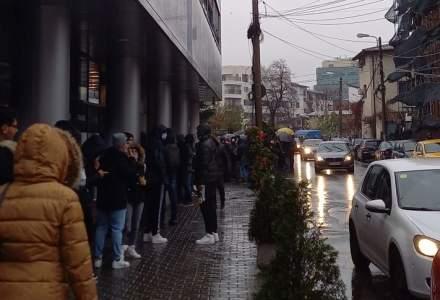 Bucureștenii au făcut coadă în ploaie și frig pentru o promoție de produse Apple